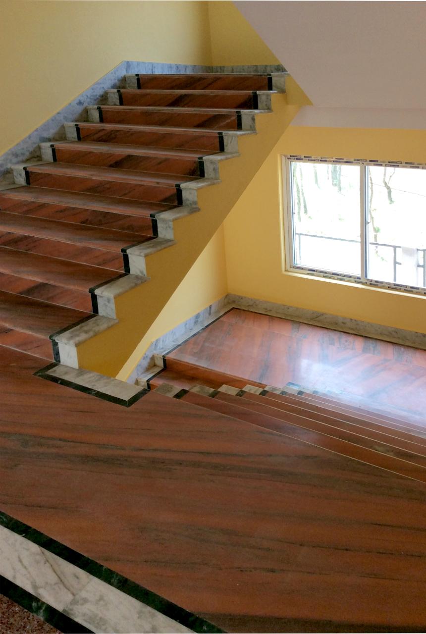 stairways to second floor ... (click to enlarge ..)